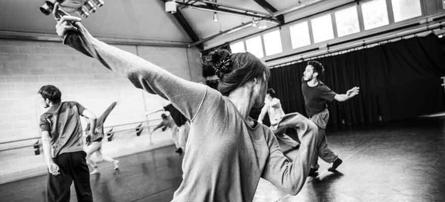 Taller de movimiento con los bailarines de la Hofesh Shechter Company